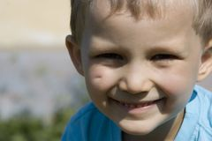 Glimlachende jongen Stock Afbeeldingen