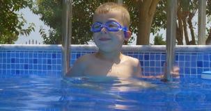 Glimlachende Jongen in Beschermende brillen in Zwembad stock footage