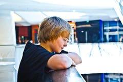 Glimlachende jongen binnen een centrum Royalty-vrije Stock Foto