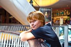Glimlachende jongen binnen een centrum Stock Afbeeldingen