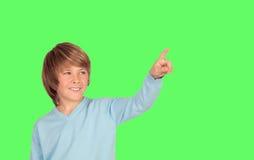 Glimlachende jongen die iets met de vinger drukken Royalty-vrije Stock Foto's