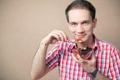 Glimlachende jongen die verse veganistsalade eten royalty-vrije stock afbeelding