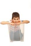 Glimlachende jongen in een doos Royalty-vrije Stock Afbeelding
