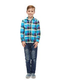 Glimlachende jongen in geruite overhemd en jeans Royalty-vrije Stock Afbeeldingen