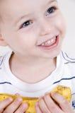 Glimlachende jongen met banaan Stock Afbeelding