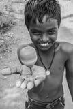 Glimlachende jongen met bovenkant in zijn hand Royalty-vrije Stock Afbeelding
