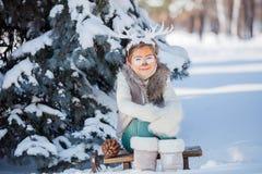 Glimlachende jongen met grappige geweitakken van een hert Het concept van de vakantie stock foto