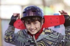 Glimlachende jongen met skateboard Royalty-vrije Stock Afbeeldingen