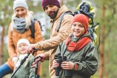 Glimlachende jongen met verrekijkers royalty-vrije stock foto's