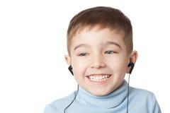 Glimlachende jongen in oortelefoons Stock Foto's