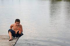 Glimlachende jongen op de pijler Stock Fotografie