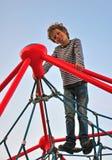 Glimlachende jongen op speelplaats Royalty-vrije Stock Foto's