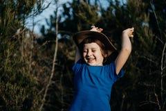 Glimlachende jongen openlucht in van het de zomer bos 6 oude jaar jonge geitje in hoedenpla Stock Afbeelding