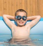 Glimlachende jongen in zwembad Stock Afbeelding