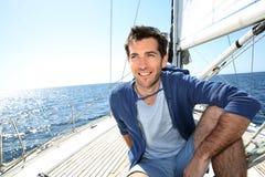 Glimlachende kapiteins navigerende varende boot Royalty-vrije Stock Fotografie