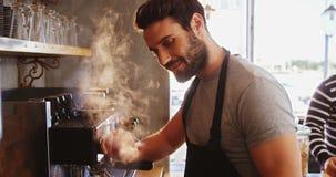 Glimlachende kelner die kop van koffie maken stock videobeelden