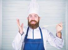 Glimlachende kelner vegetari?r Rijpe chef-kok met baard Het gezonde voedsel koken Het op dieet zijn en natuurvoeding, vitamine Ge stock foto's