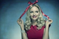 Glimlachende Kerstmisvrouw met boog Royalty-vrije Stock Afbeeldingen