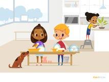 Glimlachende kinderen die dagelijks werk in keuken doen Twee jonge geitjes die schotels met zeepschuim, grappig hond en meisje wa royalty-vrije illustratie