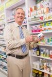 Glimlachende klant die een geneeskunde tonen Stock Foto's