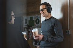 glimlachende klant en het schieten van instructeur het drinken koffie stock foto