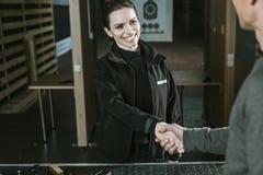 glimlachende klant en het schieten van instructeur royalty-vrije stock fotografie