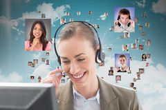 Glimlachende klantenmedewerker bij haar bureau tegen het vliegen portretten van bedrijfsmensen royalty-vrije stock afbeelding