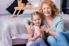 Glimlachende kleindochter die foto's met haar grootmoeder nemen royalty-vrije stock afbeelding