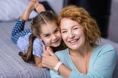 Glimlachende kleindochter die pret hebben haar grootmoeder Royalty-vrije Stock Fotografie