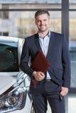 Glimlachende knappe autoagent Royalty-vrije Stock Afbeeldingen