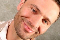 Glimlachende knappe mens stock afbeeldingen