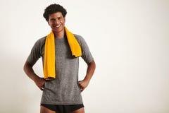 Glimlachende knappe zwarte atleet met een handdoek over zijn hals royalty-vrije stock afbeelding