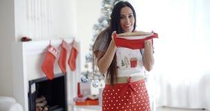 Glimlachende lachende jonge Kerstmiskok stock video