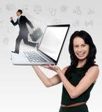 Glimlachende laptop van de vrouwenholding royalty-vrije stock foto's