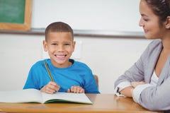 Glimlachende leerling die door leraar worden geholpen royalty-vrije stock foto's
