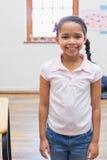 Glimlachende leerling in klaslokaal Stock Foto's