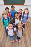 Glimlachende leerlingen in klaslokaal Stock Foto's