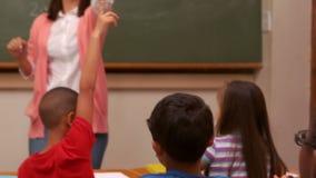 Glimlachende leraar die een leerling kiezen stock video
