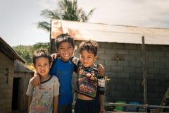 Glimlachende leuke jonge jongens in krottenwijk, Indonesië royalty-vrije stock afbeelding
