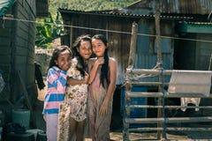 Glimlachende leuke jonge meisjes in krottenwijk, Indonesië royalty-vrije stock foto