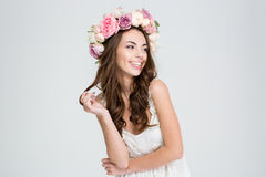 Glimlachende leuke vrouw met kroon van rozen stock fotografie