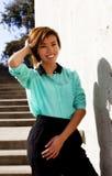 Glimlachende Magere Aziatische Amerikaanse Vrouw die zich in openlucht bevinden Royalty-vrije Stock Afbeelding