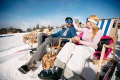 Glimlachende man en vrouw die in liefde samen van in zon bij mounta genieten Royalty-vrije Stock Afbeeldingen