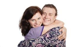 Glimlachende man en vrouwenomhelzingen één elkaar. Stock Foto's