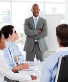 Glimlachende manager die een presentatie doet stock foto's