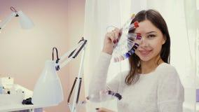 Glimlachende manicure met manicureuiteinden in schoonheidssalon stock videobeelden