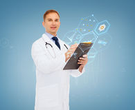 Glimlachende mannelijke arts met klembord en stethoscoop Royalty-vrije Stock Foto's