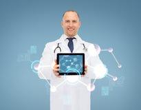 Glimlachende mannelijke arts met stethoscoop en tabletpc Stock Afbeeldingen