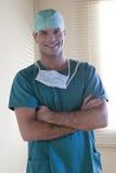 Glimlachende mannelijke chirurg Stock Foto's