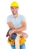 Glimlachende mannelijke timmerman met machtsboor en plank royalty-vrije stock fotografie